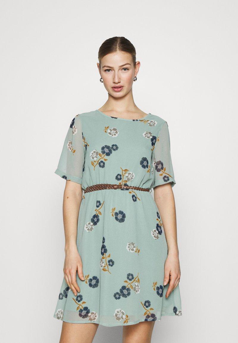 Vero Moda - VMFALLIE BELT DRESS - Hverdagskjoler - green milieu