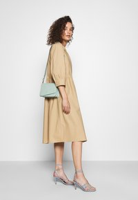 Moss Copenhagen - MINORA 3/4 DRESS - Denní šaty - travetine - 1