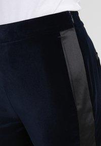 KARL LAGERFELD - KARL VELVET TAILORED PANTS - Trousers - navy - 4
