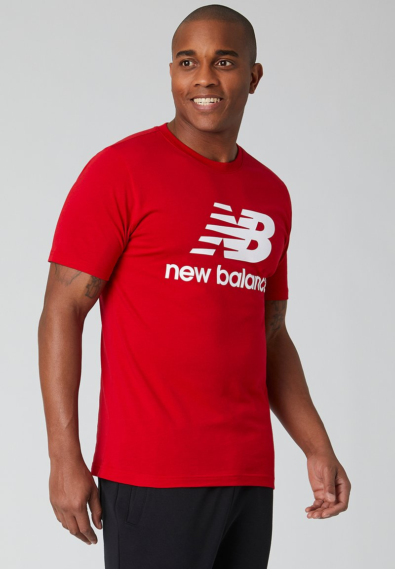 New Balance - ESSENTIALS STACKED LOGO  - Print T-shirt - team red inline
