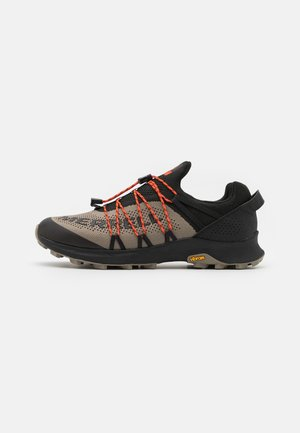 LONG SKY SEWN - Trail running shoes - black/brindle