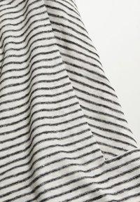 Violeta by Mango - GESTREEPT LINNEN - Print T-shirt - zwart - 5