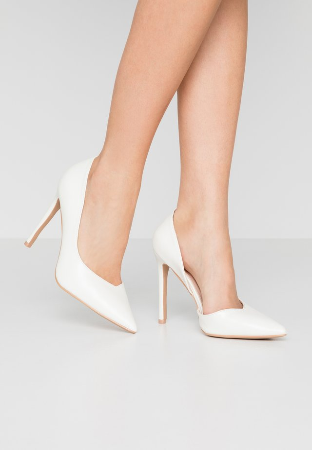 WIDE FIT PEITRA - Escarpins à talons hauts - white