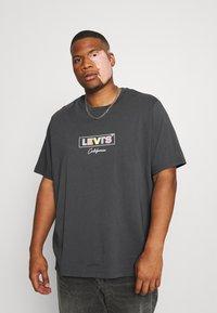 Levi's® Plus - BIG GRAPHIC TEE - T-shirt med print - dark shadow - 0