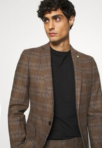 Twisted Tailor - PETTIS SUIT - Suit - brown - 6
