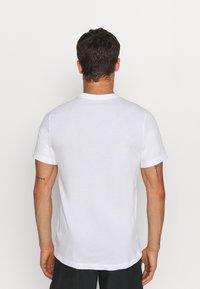 Nike Performance - TEE TRAIL - T-shirt med print - white - 0