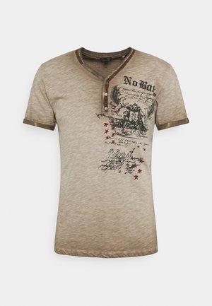BATTLE BUTTON - Print T-shirt - mocca brown