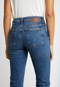 Pieces - PCHOLLY STRAIGHT  - Jeans Straight Leg - blue denim - 5