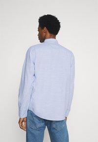 TOM TAILOR - REGULAR SMART SLUB - Shirt - light blue chambray - 2