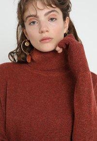 Vero Moda - VMBRILLIANT ROLLNECK DRESS  - Sukienka dzianinowa - ketchup melange - 4