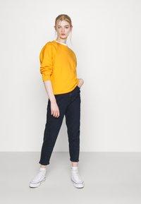 Levi's® - GRAPHIC STANDARD CREW - Sweatshirt - kumquat - 1