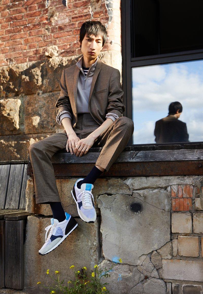 Nike Sportswear - DBREAK TYPE UNISEX - Trainers - white/university blue/velvet brown/obsidian/metallic gold
