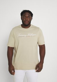 Tommy Hilfiger - SCRIPT LOGO TEE UNISEX - T-shirt con stampa - desert tan - 0