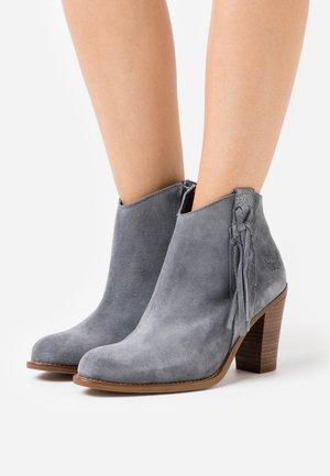 TEXANE - Kotníková obuv na vysokém podpatku - gris