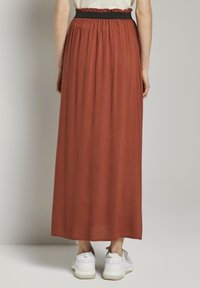 TOM TAILOR DENIM - MIT ELASTISCHEM BUND - Pleated skirt - rust orange - 2