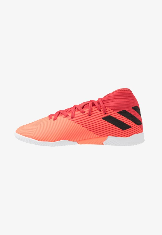 NEMEZIZ 19.3 IN - Chaussures de foot en salle - signal coral/core black/red