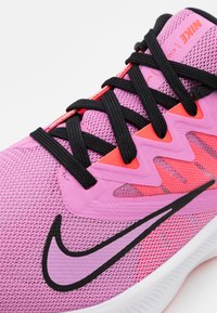 Nike Performance - QUEST 3 - Zapatillas de running neutras - beyond pink/black/flash crimson - 5