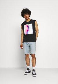 Calvin Klein Jeans - PRIDE GRAPHIC MUSCLE VEST UNISEX - Top - black - 1