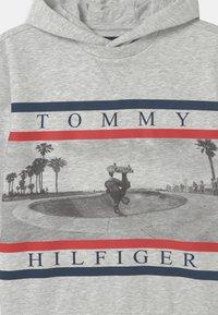 Tommy Hilfiger - HOODIE - Felpa con cappuccio - light grey heather - 2