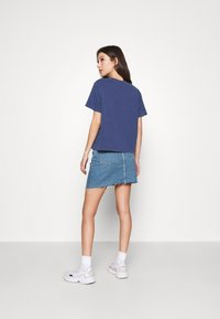 Levi's® - GRAPHIC VARSITY TEE - T-shirt print - outline chesth - 2