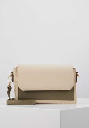 PCJULIANNE CROSS BODY KEY - Sac bandoulière - warm sand/green/gold