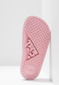 THE WHITE BRAND - CLASSIC LOVE - Mules - metallic pink - 5