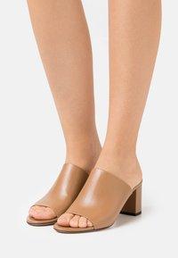 HUGO - MULE  - Pantofle na podpatku - light beige - 0