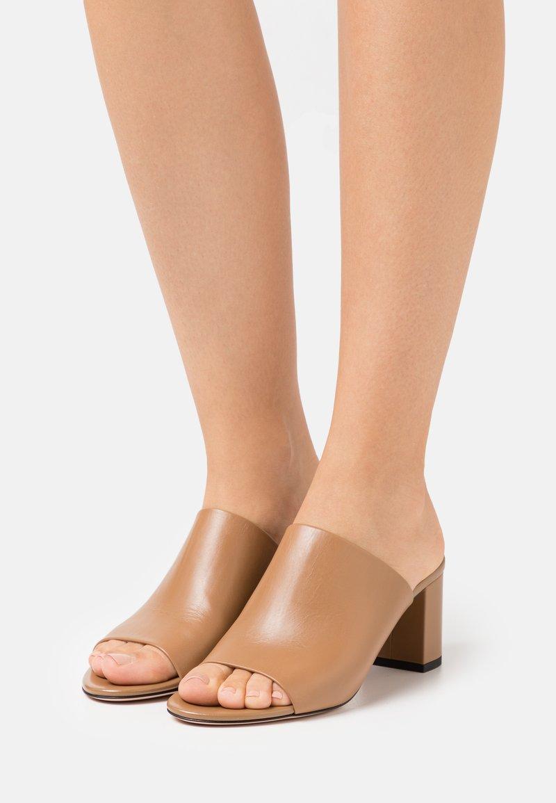 HUGO - MULE  - Pantofle na podpatku - light beige