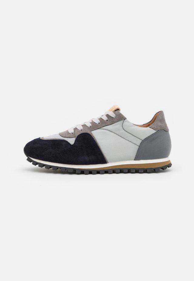 Sneakers laag - lapis