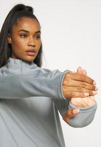 Nike Performance - RUN - Topper langermet - particle grey/white - 4