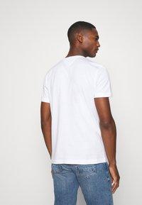 Tommy Hilfiger - STRIPE TEE - T-shirts print - white - 2