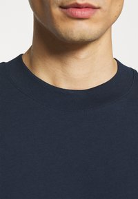 Selected Homme - SLHRELAXCOLMAN O NECK TEE - Basic T-shirt - navy blazer - 5