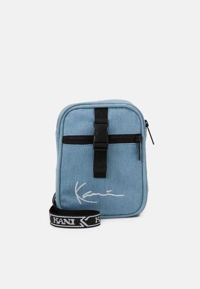 SIGNATURE TAPE MESSENGER BAG UNISEX - Sac bandoulière - blue