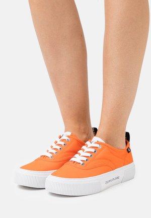 VULCANIZED SKATE OXFORD - Sneakers basse - vivid orange