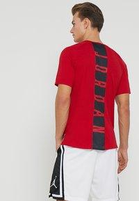 Jordan - ALPHA DRY - T-shirts print - gym red/black - 2