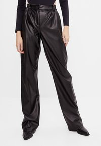 Bershka - MIT WEITEM BEIN - Pantalon classique - black - 0