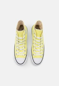 Converse - CHUCK TAYLOR ALL STAR LIFT - High-top trainers - light zitron/white/black - 5