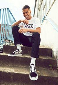 Vans - UA OLD SKOOL - Baskets basses - black/white - 2