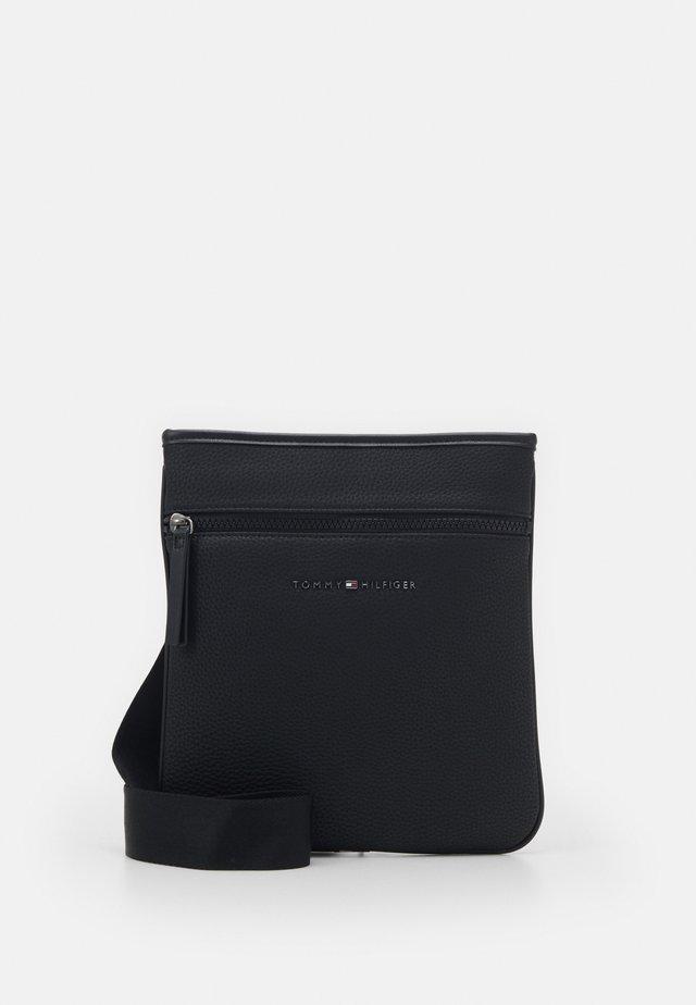 ESSENTIAL CROSSOVER - Across body bag - black