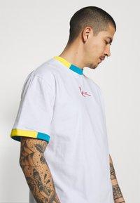 Karl Kani - SMALL SIGNATURE TEE UNISEX  - Print T-shirt - white - 3