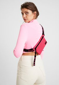 HXTN Supply - PRIME CROSSBODY - Rumpetaske - pink - 1