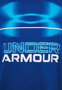 Under Armour - BLURRY LOGO WORDMARK  - T-shirt imprimé - graphite blue/electric blue - 6
