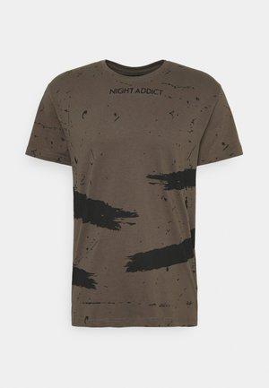 SLASH - Print T-shirt - khaki