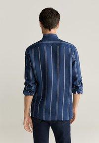 Mango - SLIM FIT-LEINENHEMD MIT KAROMUSTER TAMI  - Shirt - dunkles marineblau - 2