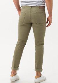 BRAX - STYLE CHUCK - Straight leg jeans - khaki - 2