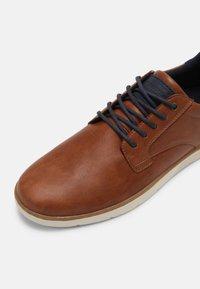 Pier One - Sneaker low - cognac - 4