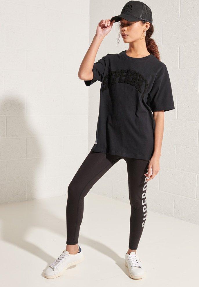 Women VARSITY ARCH MONO - Print T-shirt