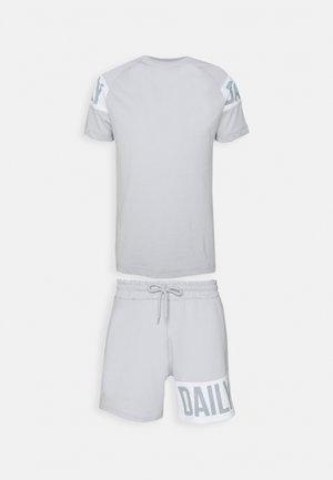 RAGLAN BLOCK PRINT SHORT AND TEE SET UNISEX - Print T-shirt - ice