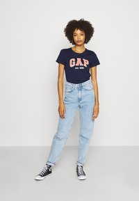GAP - OUTLINE TEE - T-shirt z nadrukiem - navy uniform - 1