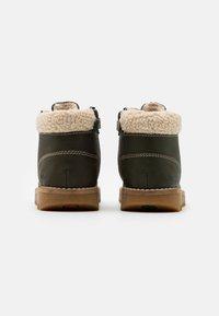 Kickers - NEWHOOKY - Šněrovací kotníkové boty - kaki/beige - 2
